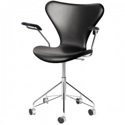 Fritz Hansen Series 7 Chair  Fully upholstered Swivel armchair, leather